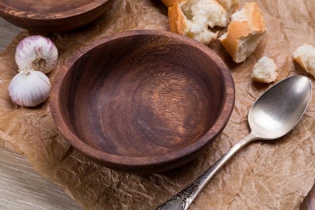 Ciotola di legno vuota su carta marrone schiacciata