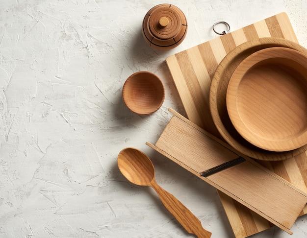 Piatti rotondi in legno vuoti e tagliere nuovo