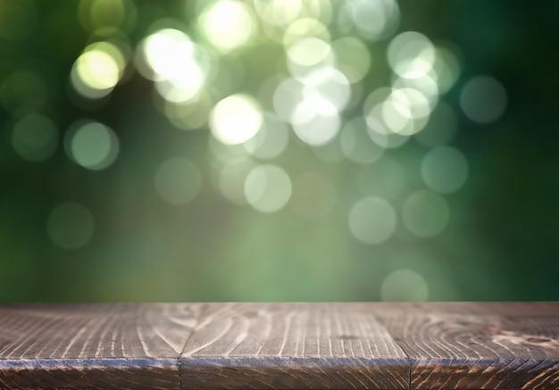 Tavola di legno vuota sulla vegetazione vaga