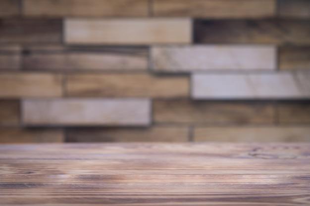 Tavolo in legno vuoto e muro di mattoni per l'esposizione del prodotto.