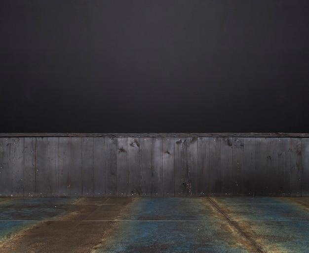 Tavolo in legno vuoto su sfondo scuro