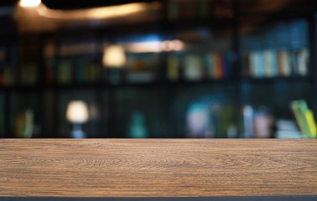 Tavola di legno vuota davanti a sfondo sfocato astratto