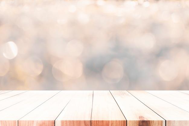 Tavolo in legno vuoto per il prodotto presente.