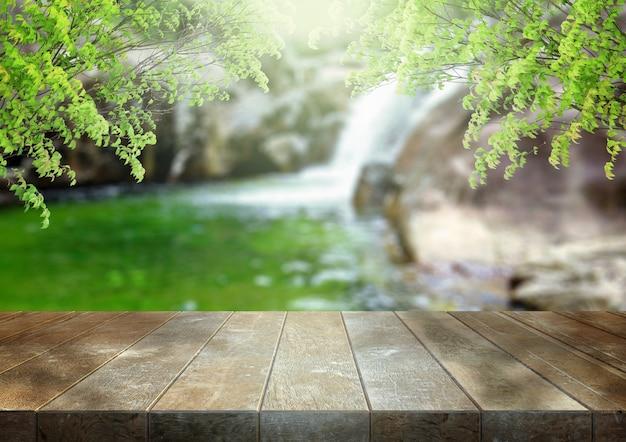 Piano d'appoggio in legno vuoto sopra sfocatura astratta della cascata. esposizione del prodotto. rendering 3d