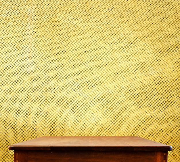 Svuoti il piano d'appoggio di legno alla parete dorata delle tessere, derisione del modello su per esposizione del vostro prodotto