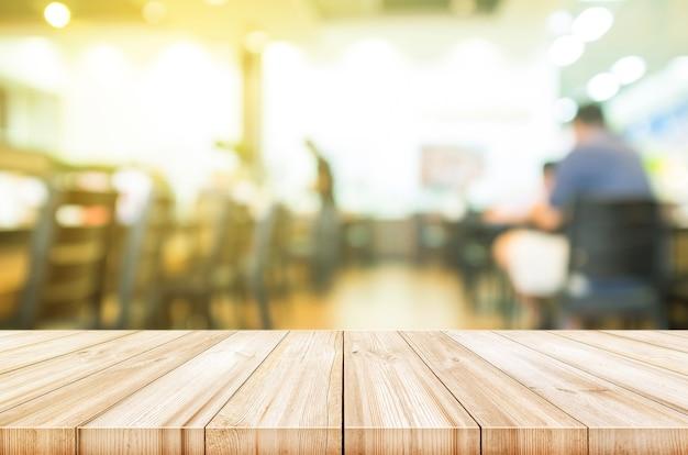 Svuoti il piano d'appoggio di legno con il fondo interno vago della caffetteria.
