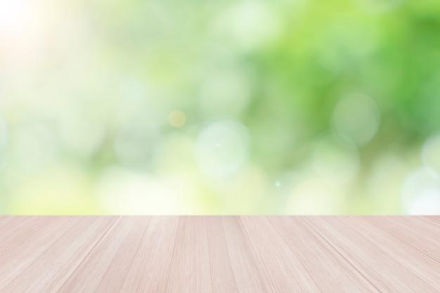 Piano del tavolo in legno vuoto con sfocato sfocato sfondo verde naturale bokeh, design creativo estetico