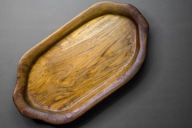 Un vassoio di legno vuoto