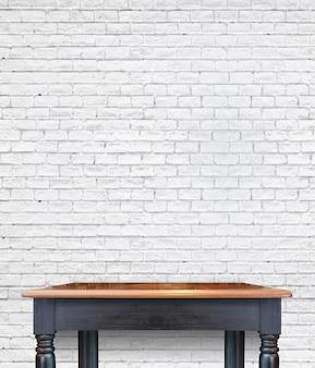 Svuoti la tavola d'annata di legno sulla parete delle mattonelle del mattone, derisione su per esposizione del prodotto