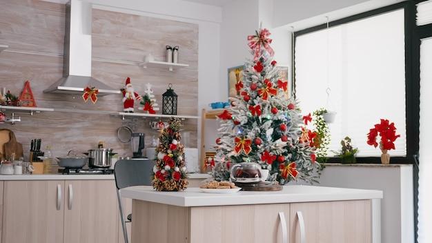 La cucina vuota decorata per natale senza nessuno è pronta per le tradizionali vacanze di natale