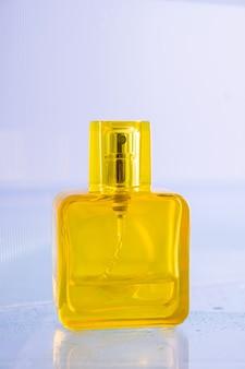 Bottiglia gialla vuota di profumo