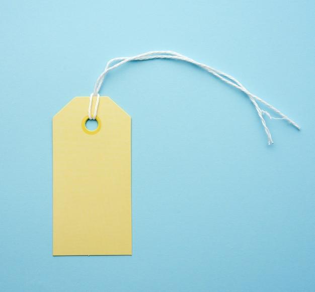 Etichetta di carta gialla vuota legata con corda bianca