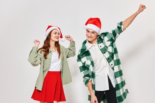 Uomo e donna innamorati che gesticolano con le mani su una parete leggera divertente capodanno.
