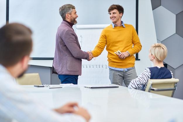 Fine della riunione di marketing in ufficio