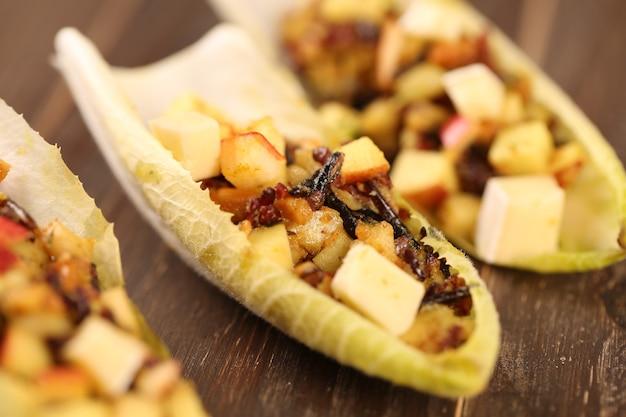 Insalata di indivia o cicoria con barbabietola, formaggio di capra e noci.