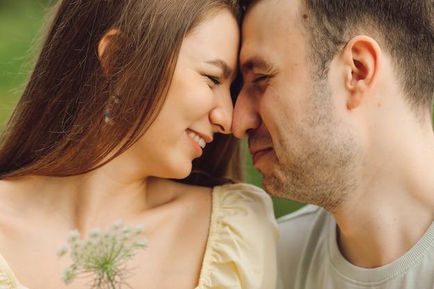 Felicità infinita di essere in una relazione d'amore. felicità e serenità. momenti di vita. ricreazione all'aperto. è un bel momento. giusto stile di vita. relazione felice. prendersi cura l'uno dell'altro.