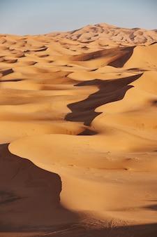 Sabbie infinite del deserto del sahara. bel tramonto sulle dune di sabbia del deserto del sahara marocco africa