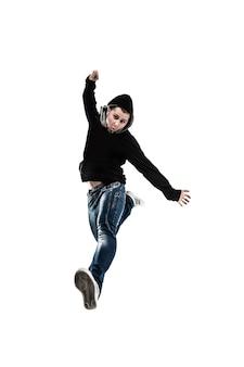 Il rapper energico e carismatico balla la break dance. la foto ha uno spazio vuoto per il tuo testo