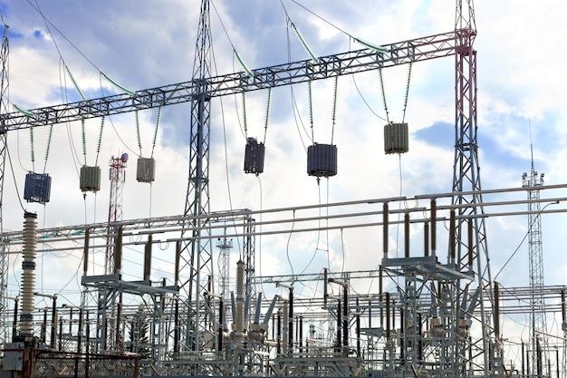 Sottostazione energo e linee di trasmissione elettrica in una grande città.