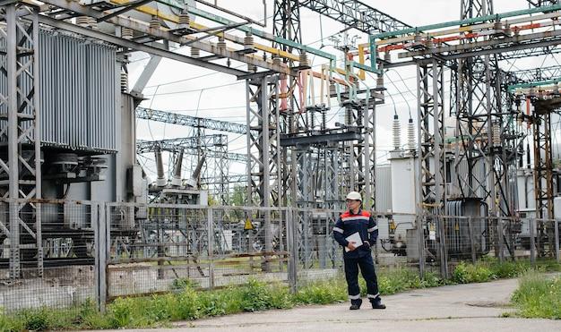 L'ingegnere energetico ispeziona le apparecchiature della sottostazione