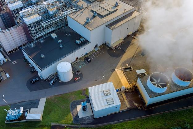 Centrale energetica con nuvola di fumo bianca