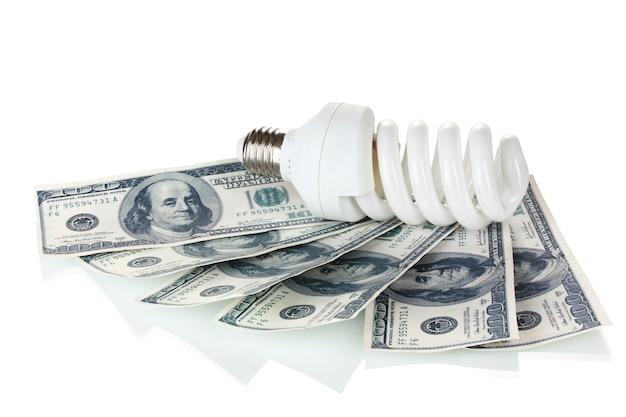 Lampada a risparmio energetico e denaro isolato su bianco