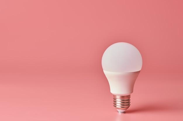 Lampadina a risparmio energetico con copia spazio
