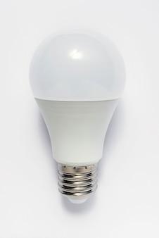 Lampadine a risparmio energetico su sfondo bianco.