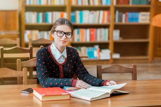 Studente impegnato a controllare le informazioni in una biblioteca