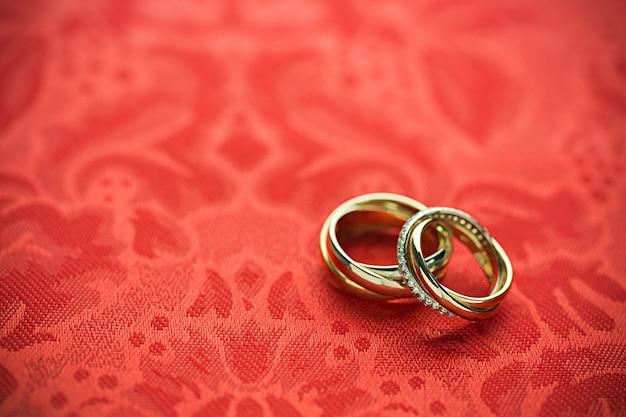 Anelli di fidanzamento sullo sfondo da vicino