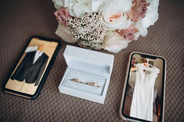 Fidanzamento e fedi nuziali nella scatola bianca e set di nozze