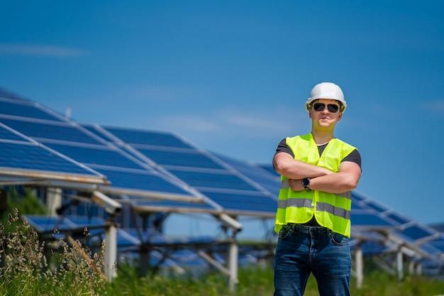 Ingegnere su un impianto solare. energia verde. elettricità. pannelli energetici di potenza.