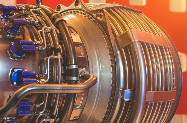 Primo piano del motore, tubo metallico una costruzione industriale