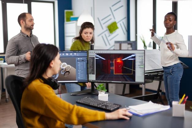 Ingegnere che analizza software cad per sviluppare videogiochi, lavorando in una società creativa di avvio per il prototipo