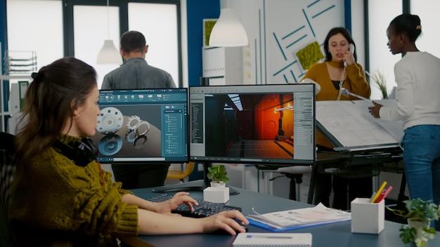 Ingegnere che analizza software cad per sviluppare videogiochi
