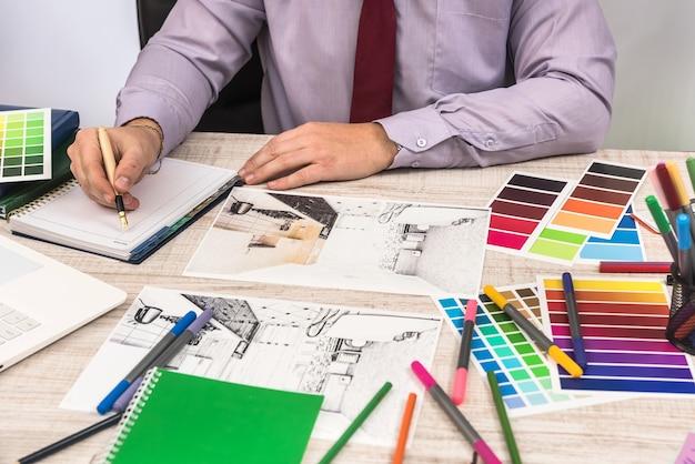 Concetto di ingegnere e architetto creativo che lavora con la cianografia del piano di schizzo