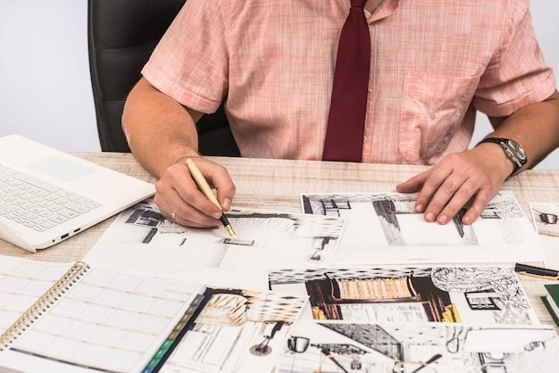 Ingegnere e architetto concept designer creativo che lavora con schizzo