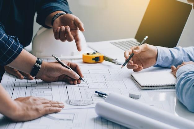 Ingegnere o architetto incontro per il progetto che lavora con il partner e controlla i progetti di costruzione