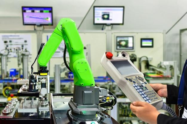 Ingegnere controllo e controllo automazione macchina braccio robotico per ruote dentate in metallo industriale