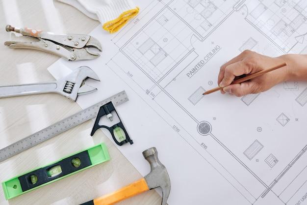 Ingegnere che controlla il progetto della casa