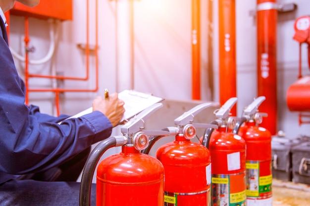 Ingegnere che controlla il sistema di controllo antincendio industriale.