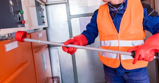 L'ingegnere verifica l'assenza di tensione indotta sulle celle ad alta tensione