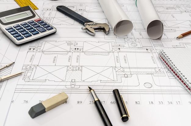 Attrezzature ingegnere su sfondo blueprint, primi piani