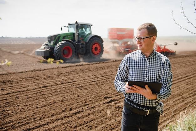 Ingegnere sul campo con un tablet