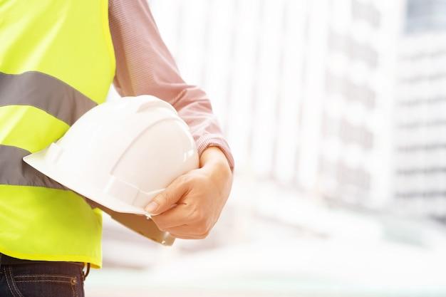 Ingegnere in possesso di un casco di sicurezza nel reparto edile
