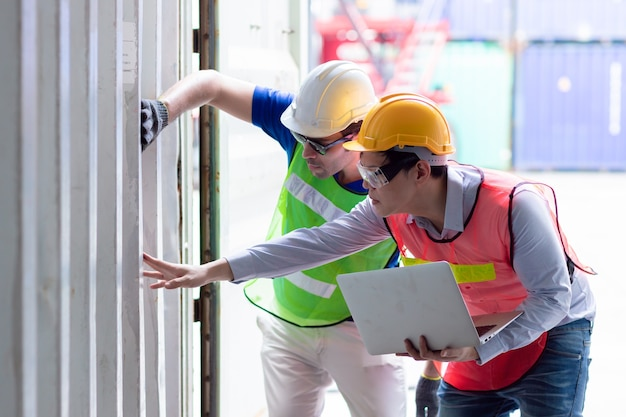 Ispezione ingegnere e controllo della resistenza della parete del container del carico di merci per la sicurezza secondo le norme internazionali e gli standard dei contenitori intermodali.