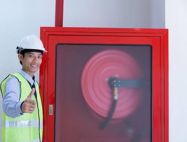 Ispezione dell'ingegnere estintore e manichetta antincendio.