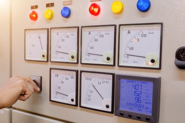 L'ingegnere controlla la tensione o la corrente dal voltmetro.