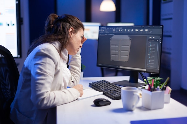 Ingegnere che esamina il software cad d concetto di progettazione del prototipo del contenitore