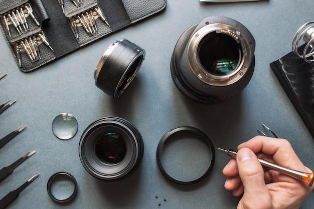 Ingegnere di manutenzione dell'obiettivo della fotocamera fotografica